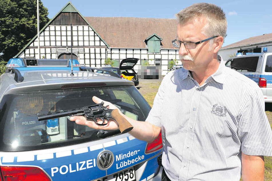 Illegal: Dieser scharfe Revolver, den Polizeisprecher Ralf Steinmeyer zeigt, war nicht registriert.