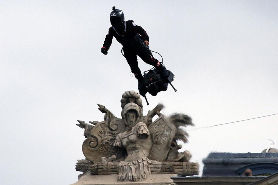 Showtime in Paris! Franky Zapata sorgte mit seiner kleinen fliegenden Plattform für großes Aufsehen.