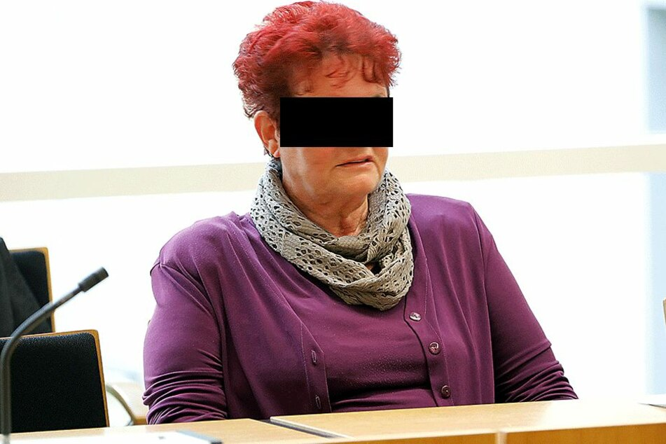 Birgit K. (64) konnte sich gestern nicht zu einem Geständnis  durchringen.      In dieser Bank an der Carolastraße flog der Betrug mit dem Falschgeld  auf.