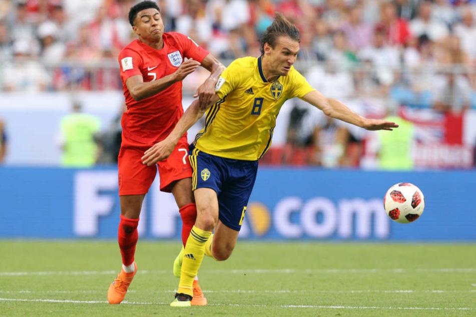 Albin Ekdal (r) im Viertelfinale gegen England bei der WM in Russland.
