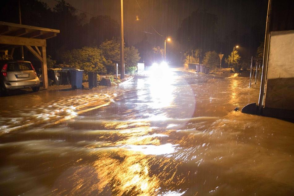 Überflutete Straßen in Freiberg: Auch am Mittwochvormittag gab es in der Stadt noch Sperrungen.
