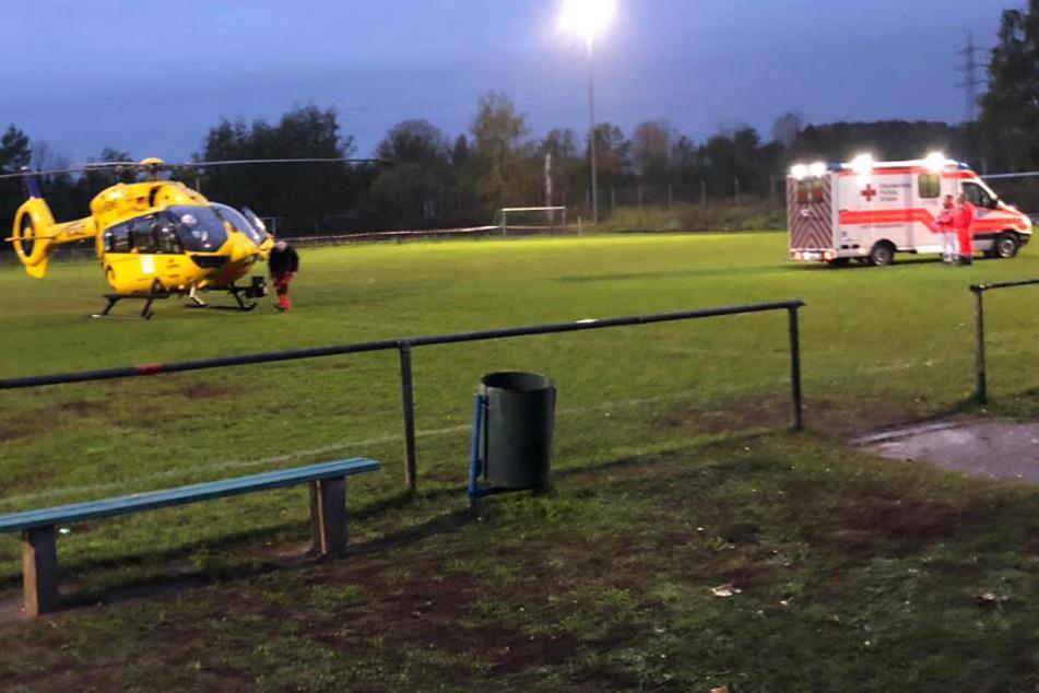 Ein Rettungshubschrauber brachte den Schiedsrichter in eine Klinik.