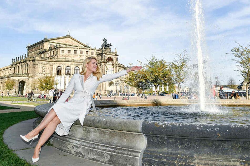 Judith Rakers am Springbrunnen vor der Semperoper in Dresden.
