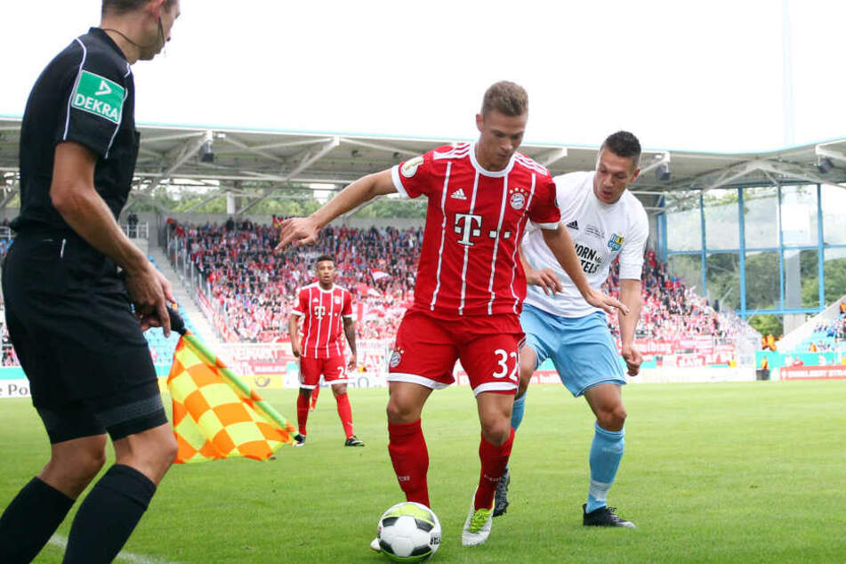Joshua Kimmich (l.) und Daniel Frahn im Zweikampf.