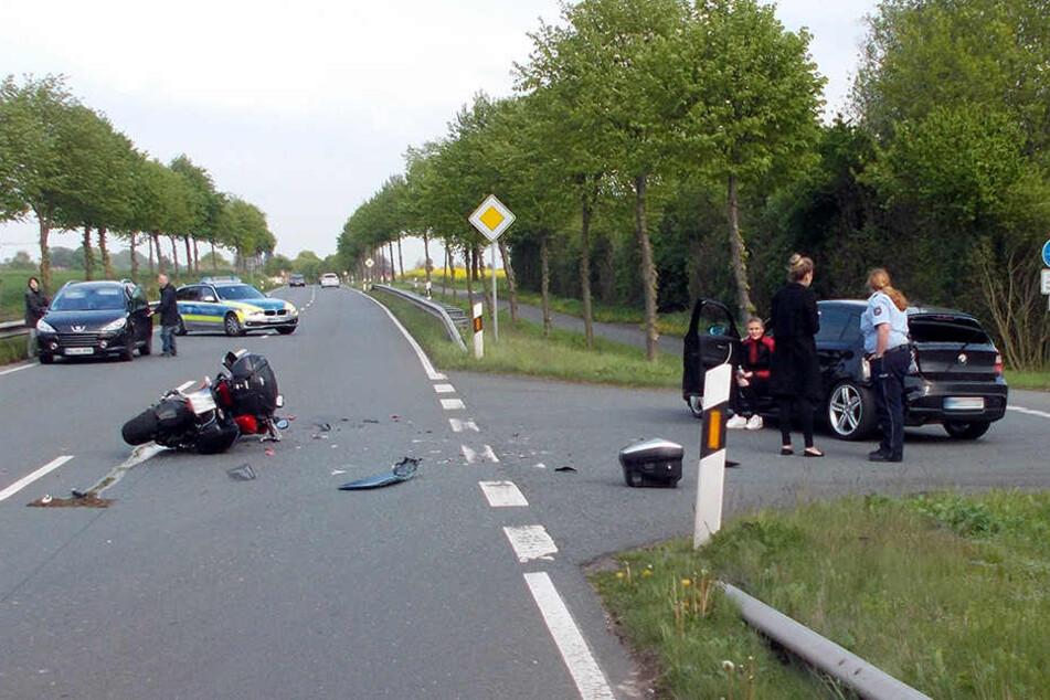Der Motorradfahrer krachte in den abbiegenden BMW.