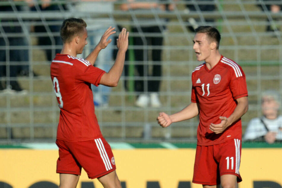 Dänemarks U21-Nationalspieler Casper Nielsen (M) jubelt mit Teamkollege Marcus Ingvartsen (l).