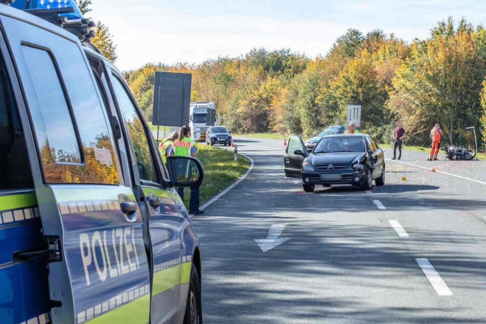 Motorrad kracht frontal in Citroen: Biker schwer verletzt