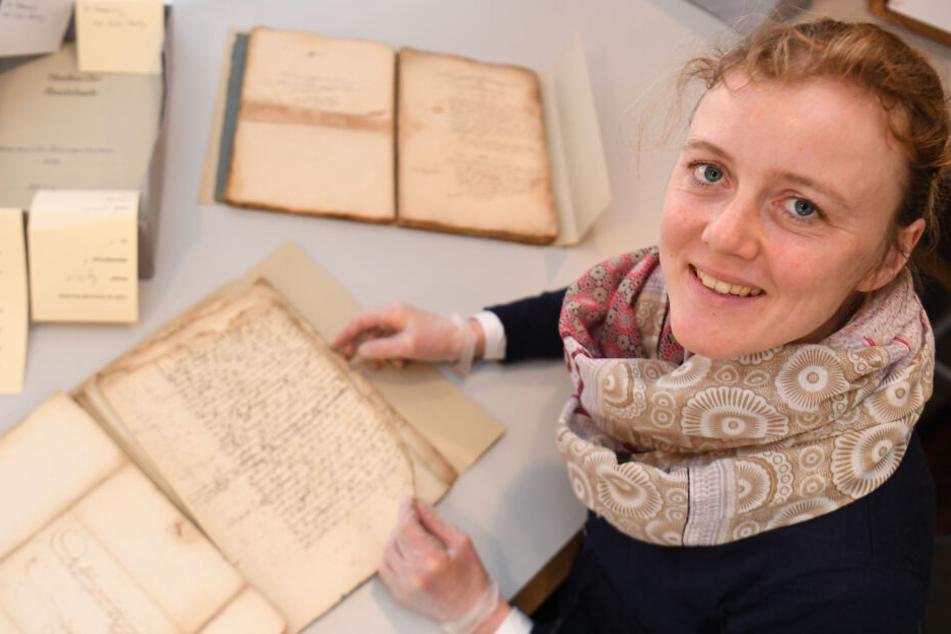 Gudrun Kühl restauriert die Akten der Buxtehuder Hexenprozessen zwischen 1540 und 1644.