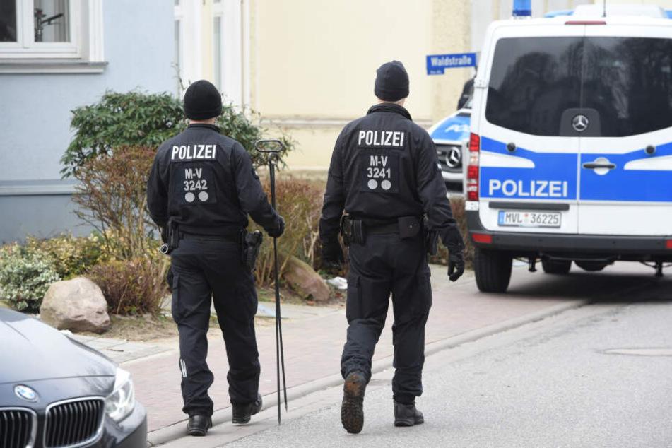 in Einsatzfahrzeug der Polizei steht vor einem Wohnhaus, in dem eine junge Frau tot aufgefunden wurde.