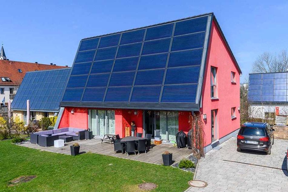 Volle Solar-Power können die FASA-Aktivsonnenhäuser im Rittergut Rabenstein abgreifen. Nur an der Zufahrt hapert es noch.