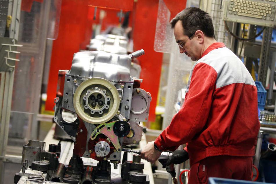 Ein Deutz-Mitarbeiter an einem Motor.