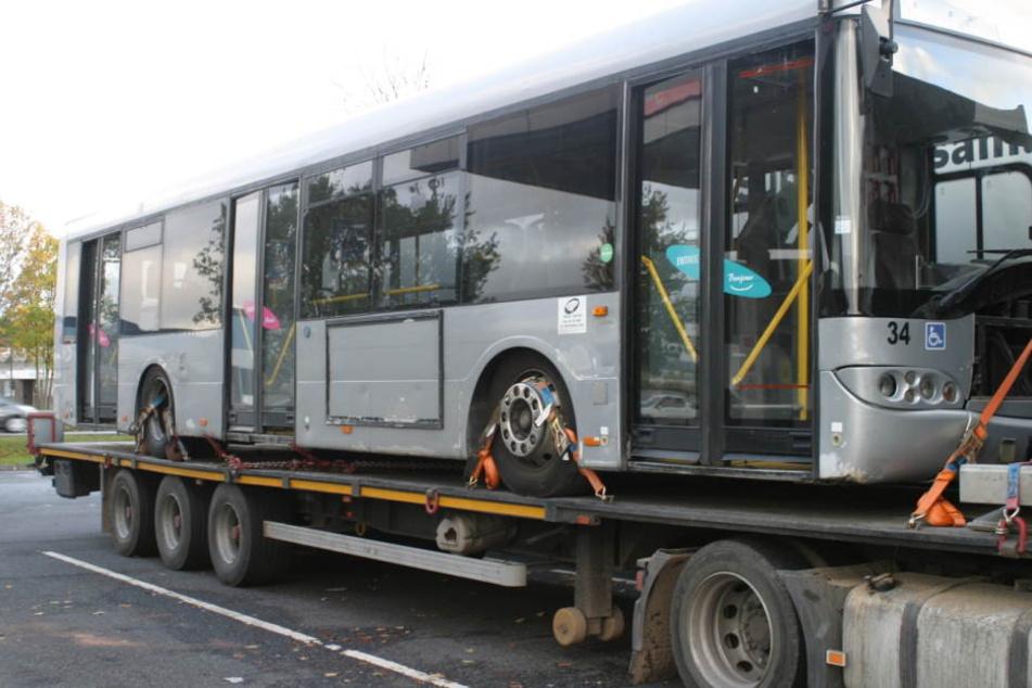 Kurios und gefährlich: Der Sattelzug hatte einen Bus geladen.