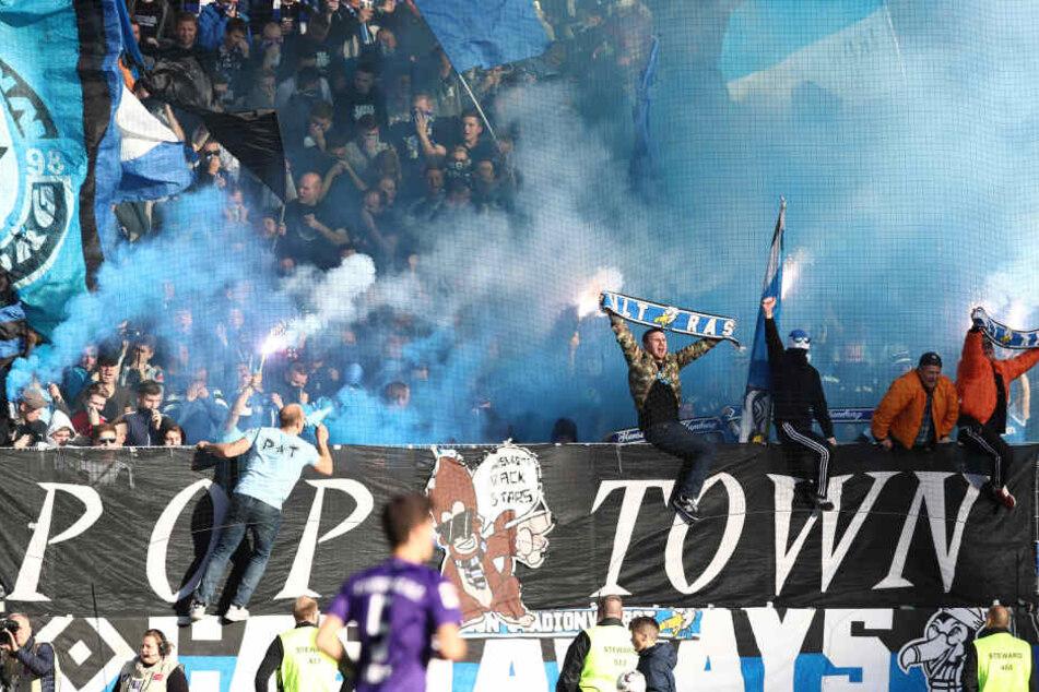 Müssen mindestens noch einmal nach Aue: Die Fans des HSV. Der Gästeblock war ausverkauft. Das wird sicher auch in der kommenden Saison passieren.
