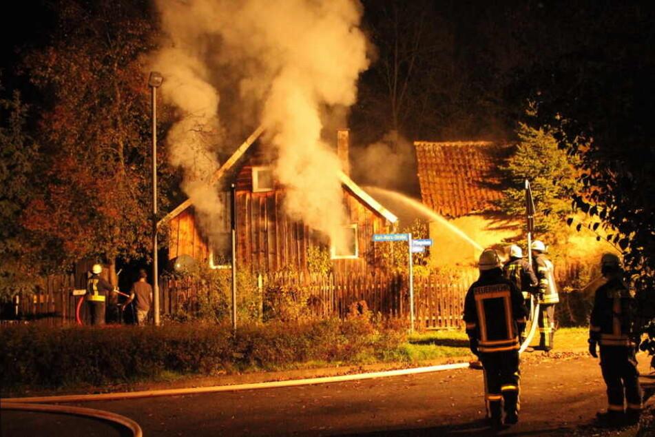 Drei Feuerwehrleute wurden bei dem Einsatz verletzt.