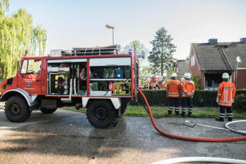 Die Feuerwehrmänner konnten das Haus, das durch eine Gasexplosion zerstört wurde, löschen.