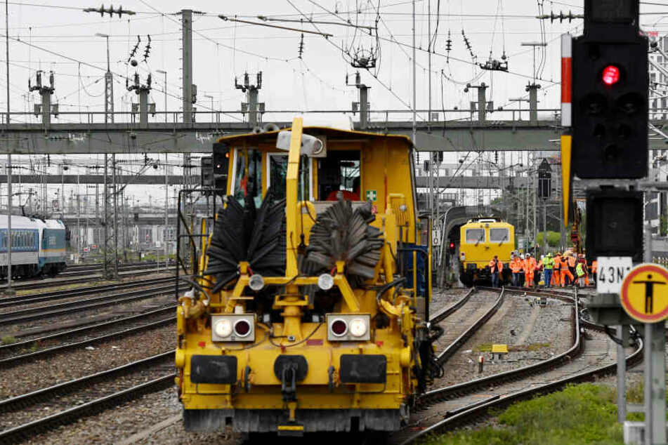 Arbeiter und Baufahrzeuge stehen an den Gleisen nahe der Hackerbrücke. Die S-Bahn-Stammstrecke ist wegen Instandhaltungsarbeiten gesperrt.