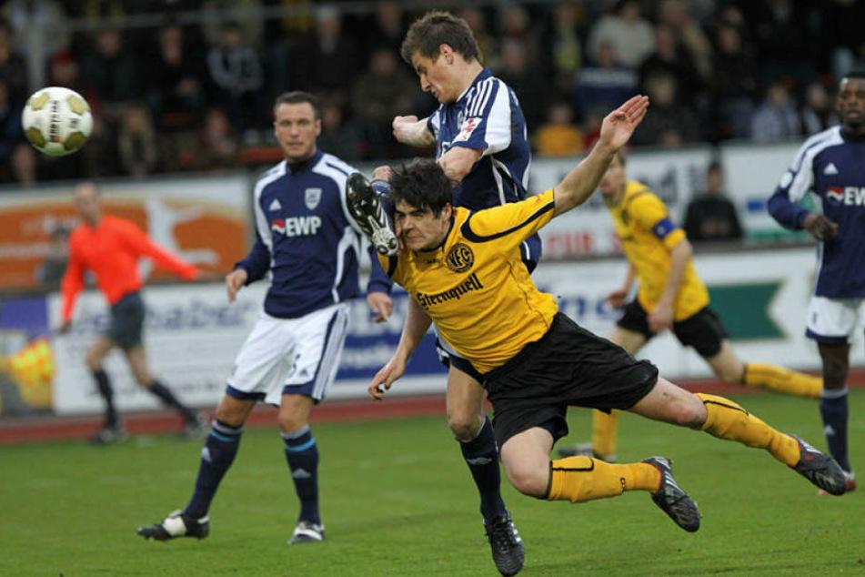 Von 2008 bis 2010 spielte Marcus Hoffmann (v.) für den VFC Plauen in der Regionalliga. Hier klärt er gegen Torjäger Stefan Kutschke, damals Babelsberg, heute FC Ingolstadt.