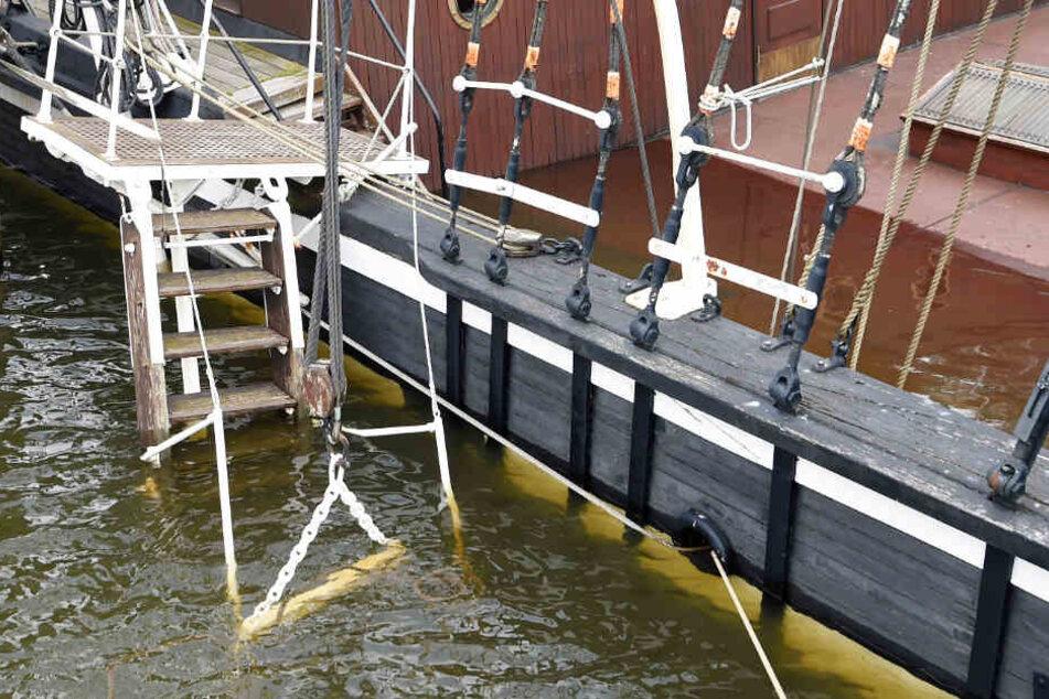 """Wasser steht auf dem Deck der """"Seute Deern"""". Sie liegt auf dem Grund im Hafen von Bremerhaven."""
