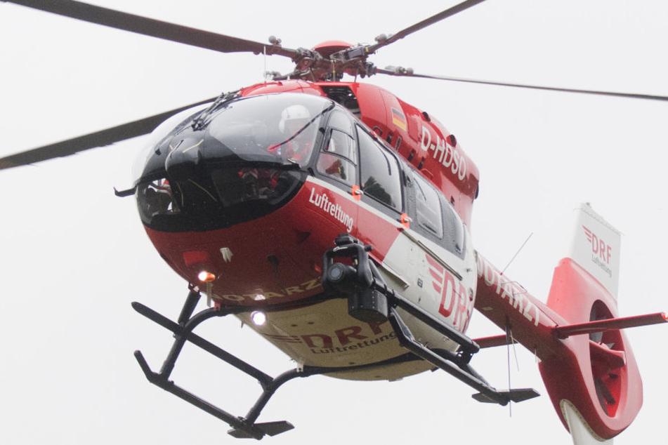 Die lebensgefährlich verletzte Schwangere wurde mit dem Rettungshubschrauber ins Krankenhaus gebracht.. (Symbolbild/Fotomontage)