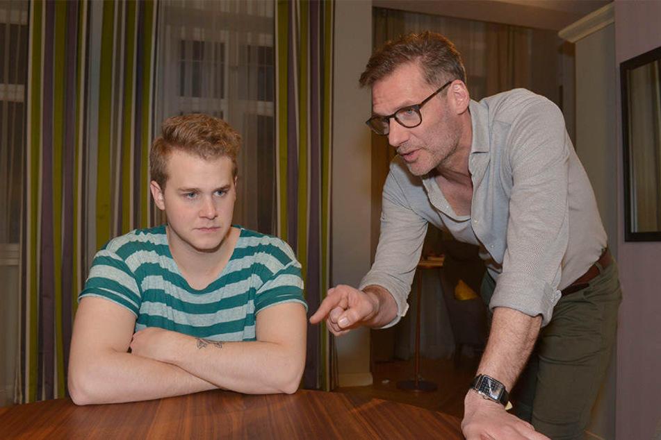 Alexander (r., Clemens Löhr) hier mit Serien-Stiefsohn Jonas (Felix van Deventer).
