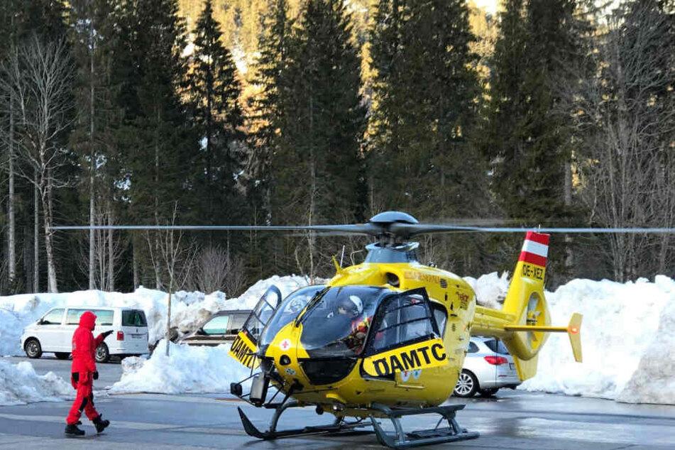Ein Hubschrauber und Einsatzkräfte nahe der deutsch-österreichischen Grenze, wo sich eine Lawine gelöst hatte. (Archivbild)