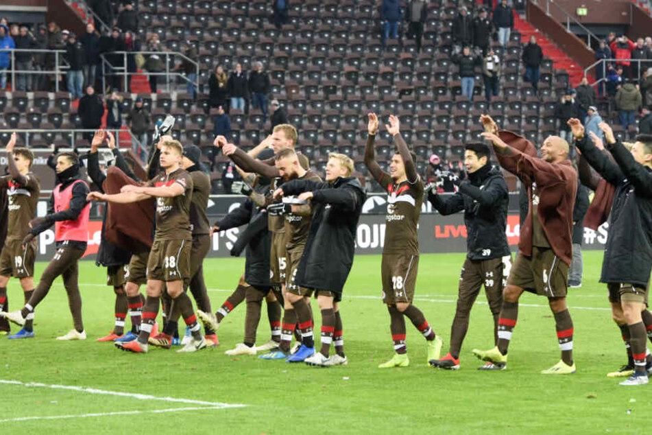 Nach dem Spiel gab es die Laola-Welle der Spieler mit den Fans.