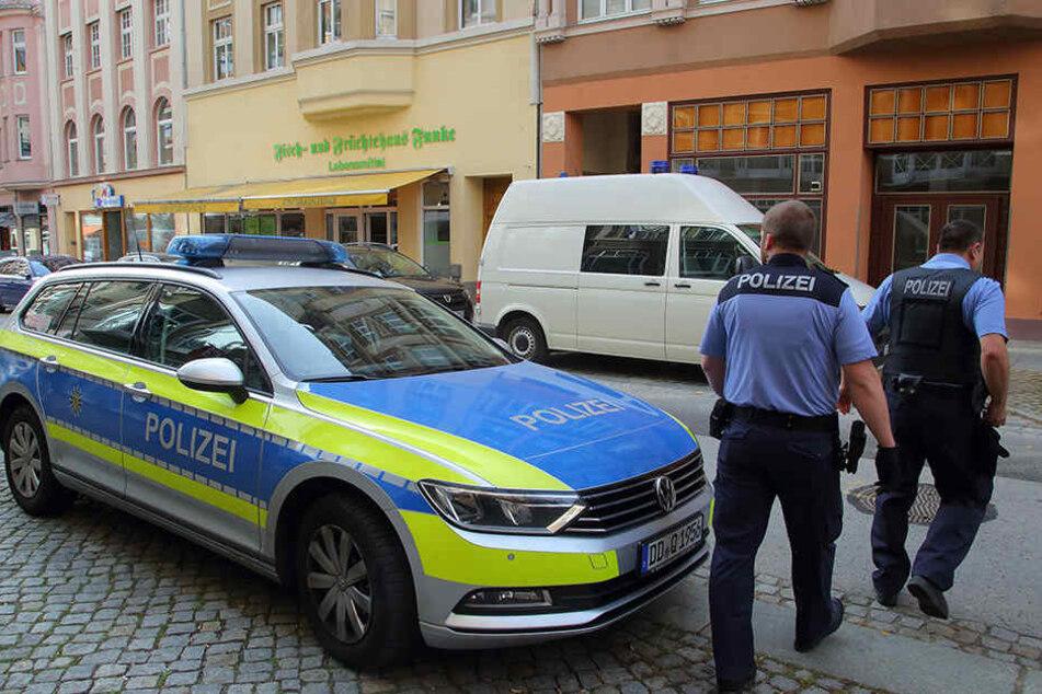 Der Mehrfamilienhaus an der Karl-Marx-Straße am Tag danach. Im dritten Geschoss (unterhalb Balkonbrüstung) geschah das fürchterliche Verbrechen.
