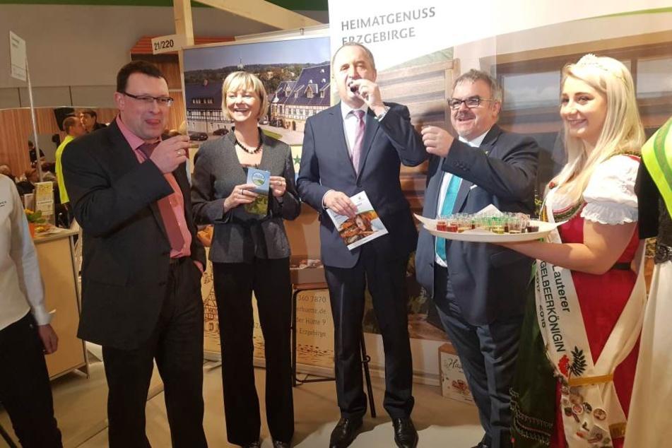 Ronny Wähner (42, CDU-Landtagsabgeordneter, v.l.) Veronika Hiebl (47), Geschäftsführerin Erzgebirge-Tourismus, Sachsens Landwirtschaftsminister Thomas Schmidt (56, CDU), Landrat Frank Vogel (60, CDU) und Vugelbeerkönigin Isabell Heinz (23, r.)