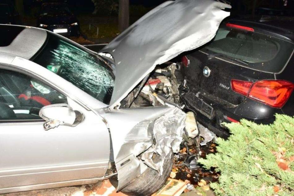 Der Autofahrer krachte während der Flucht in geparkte Fahrzeuge.