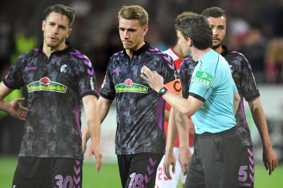 Als die Halbzeitpause bereits lief, pfiff Schiedsrichter Guido Winkmann am Montagabend zum Handelfmeter beim Spiel zwischen Mainz und Freiburg.