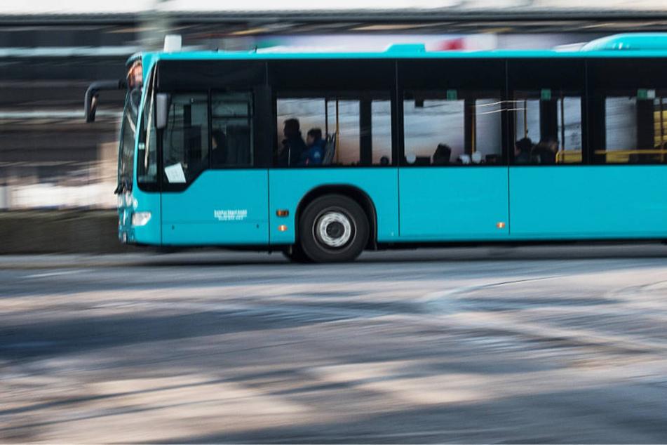 Der Omnibus wurde während der Fahrt mit einer Metallkugel beschossen (Archivbild).