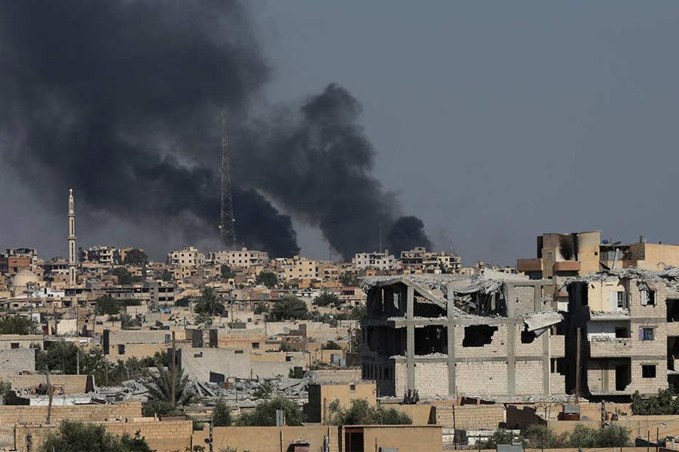 Schwarzer Rauch steigt in Al-Rakka (Syrien) während Gefechten zwischen Soldaten der Syrischen Demokratischen Kräfte (SDF) und der Terrormiliz Islamischer Staat (IS) auf