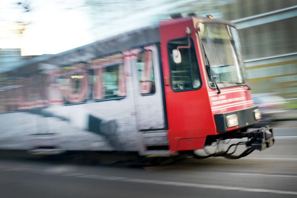 Der Bahnfahrer habe den Zusammenstoß trotz Vollbremsung nicht mehr verhindern können. (Symbolbild)