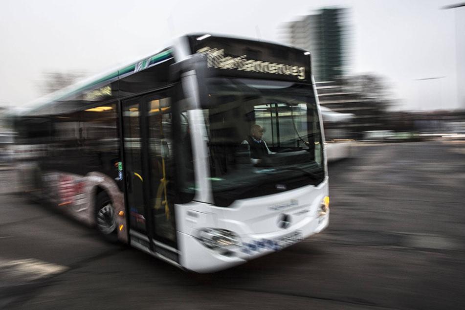 Der Busfahrer war alkoholisiert und ohne Hose unterwegs. (Symbolbild)