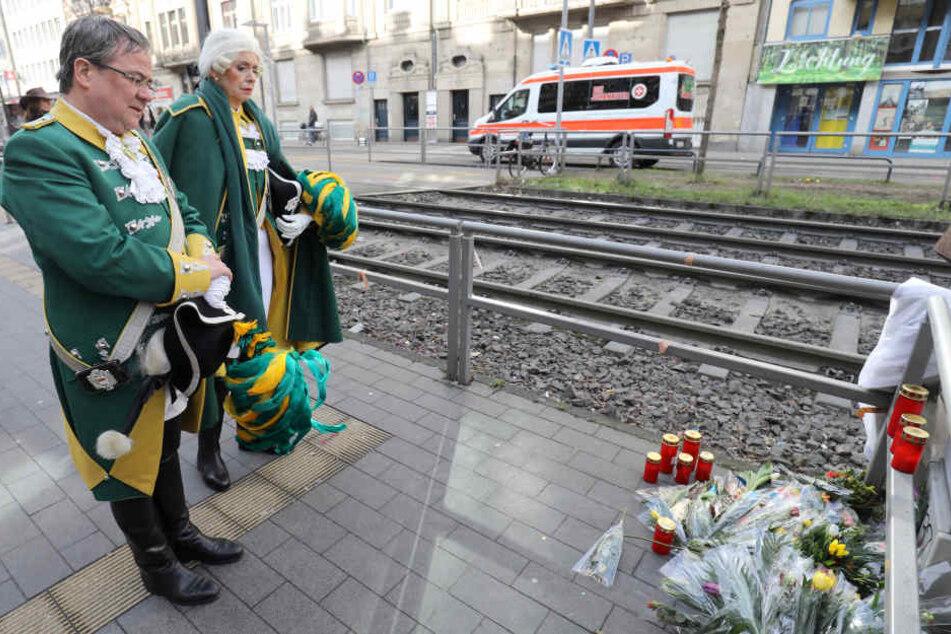 Armin Laschet (56, CDU, l.), Ministerpräsident von Nordrhein-Westfalen, gedenkt dem getöteten Polizisten. Auch Kölns Oberbürgermeisterin Henriette Reker (parteilos) war vor Ort.