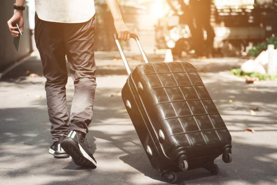 Der 24-Jährige soll die Frau in einen Koffer gequetscht und sie abgestellt haben. (Symbolbild)