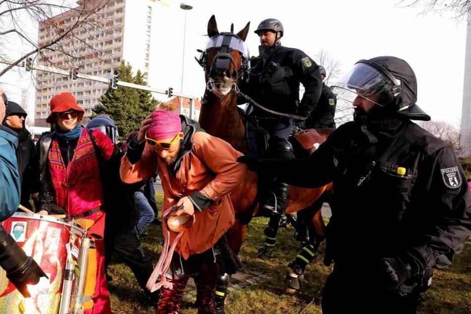 Polizisten greifen gegen Demonstranten durch
