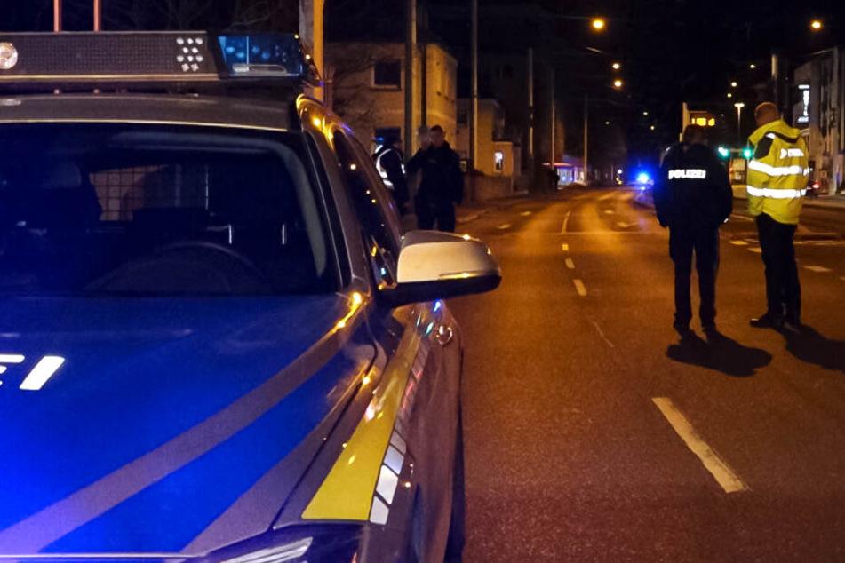 Die Polizei in Würzburg ermittelt und sucht Zeugen des Crashs.