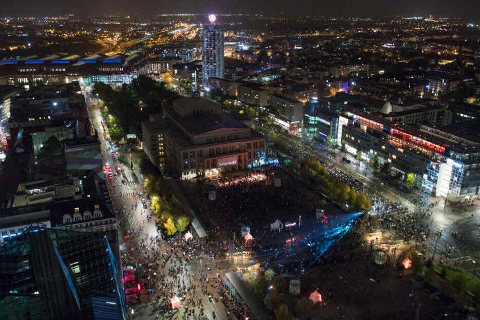 Blick vom Uniriesen auf die Geschehnisse auf dem Augustusplatz.