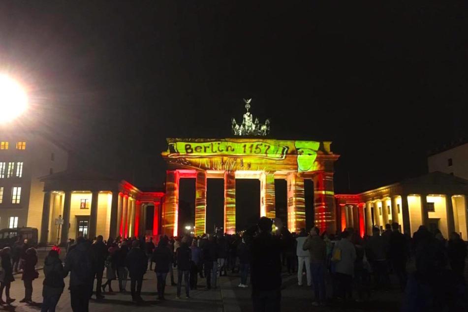 Das Brandenburger Tor in Rot-Gelb-Grün.