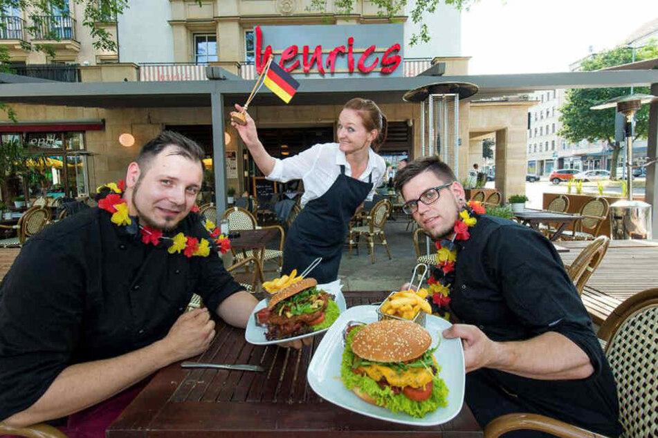 """Mjam! Die WM-Burger im """"henrics"""" zeigen die Köche Felix Petzold (23, l., Deutschland) und Martin Burkhardt (25, r., Mexiko)."""