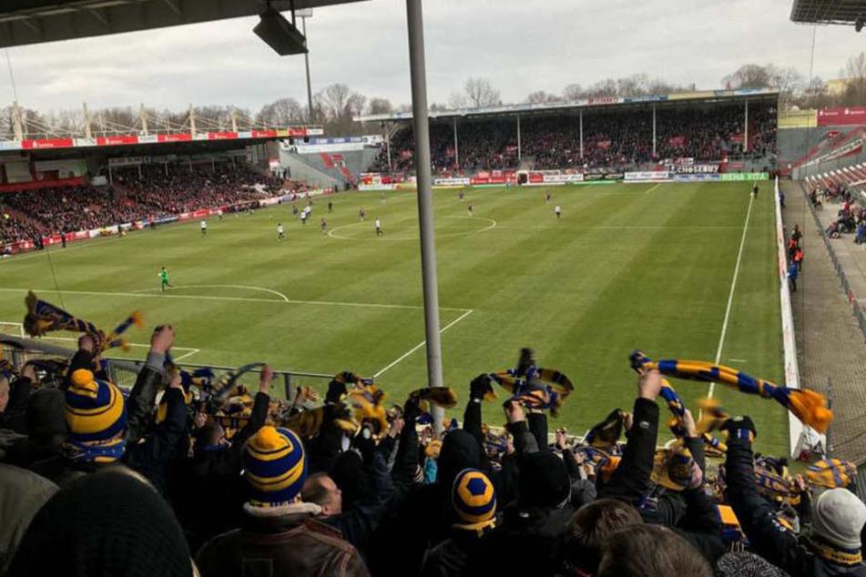 Die Lok-Leipzig-Fans sahen in der ersten Halbzeit trotz Führung für Energie Cottbus eine engagierte Vorstellung ihres Teams.