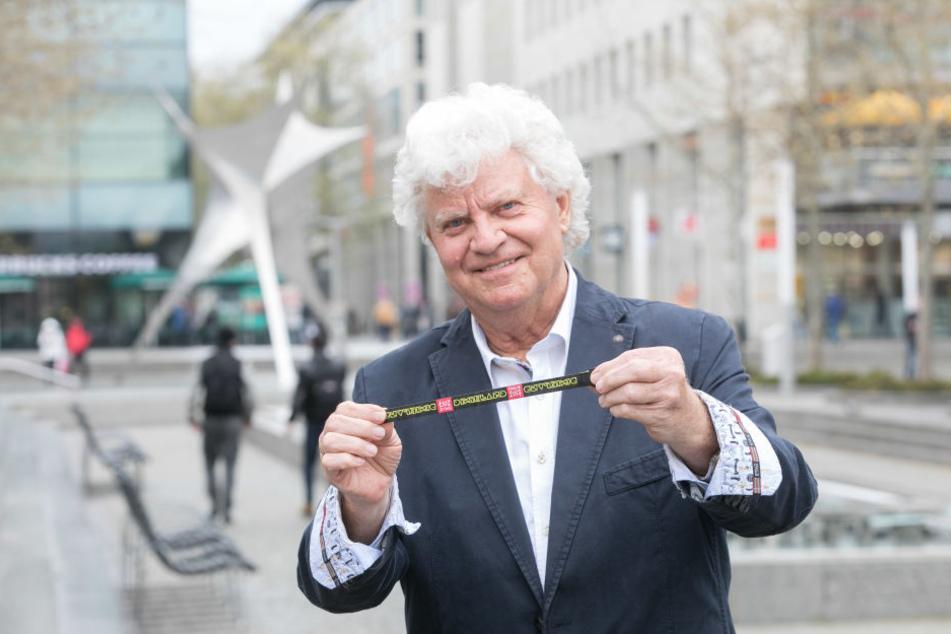 Festival-Chef Joachim Schlese (77) zeigt das neue Fan-Armband, das es jährlich in einer neuen Farbe geben wird.