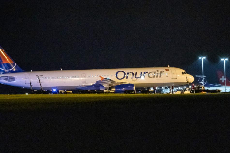 Flugzeug mit 140 Passagieren kommt vom Rollweg ab