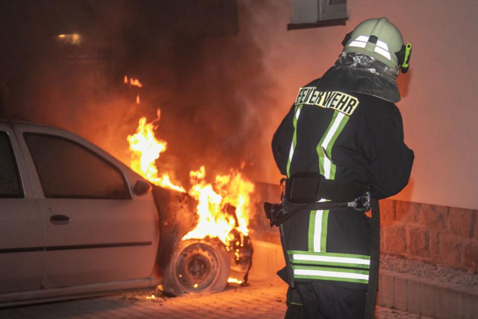 Das direkt an einem Wohnhaus geparkte Auto ging in Flammen auf.
