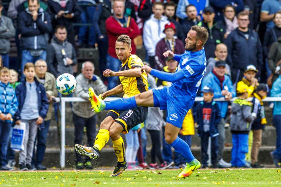 Paul Seguin hier gegen Neugersdorfs Oliver Merkel, der selbst in der Jugend von Dynamo Dresden kickte.