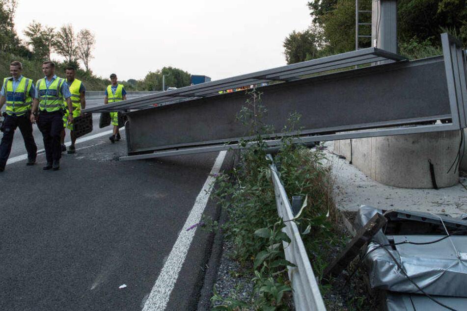 Ein Kranwagen war offenbar gegen die Brücke gestoßen.