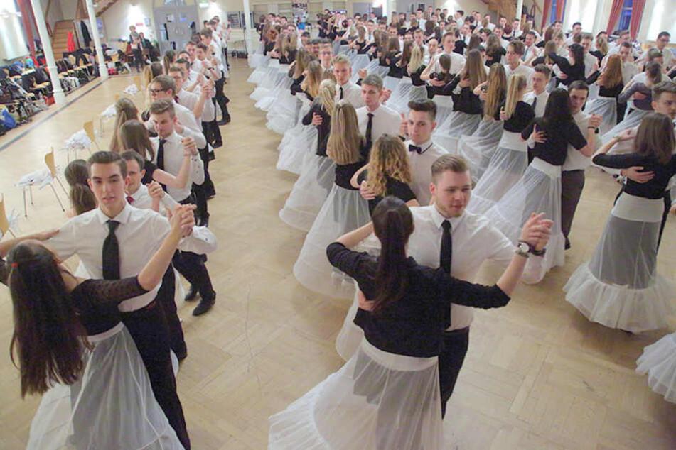 Die debütanten sollten Tanzerfahrung mitbringen - es wartet eine anspruchsvolle Choreografie.