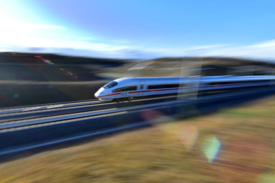 Erst nach drei Stunden konnten die Fahrgäste die Fahrt in einem anderen Zug fortsetzen. (Symbolbild)