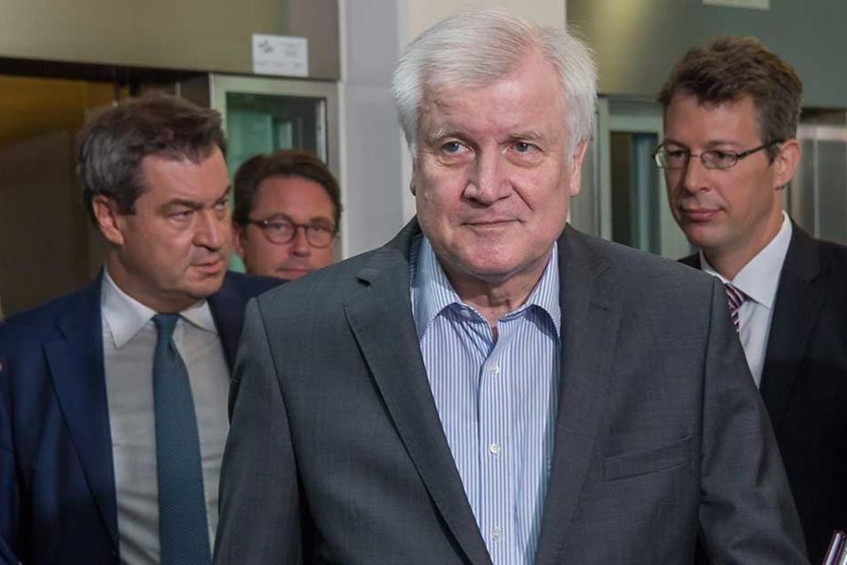 Markus Söder, Der Ministerpräsident von Bayern (li.) und Horst Seehofer (Mi) auf dem Weg zur Sitzung des CSU-Vorstands in der CSU-Parteizentrale.